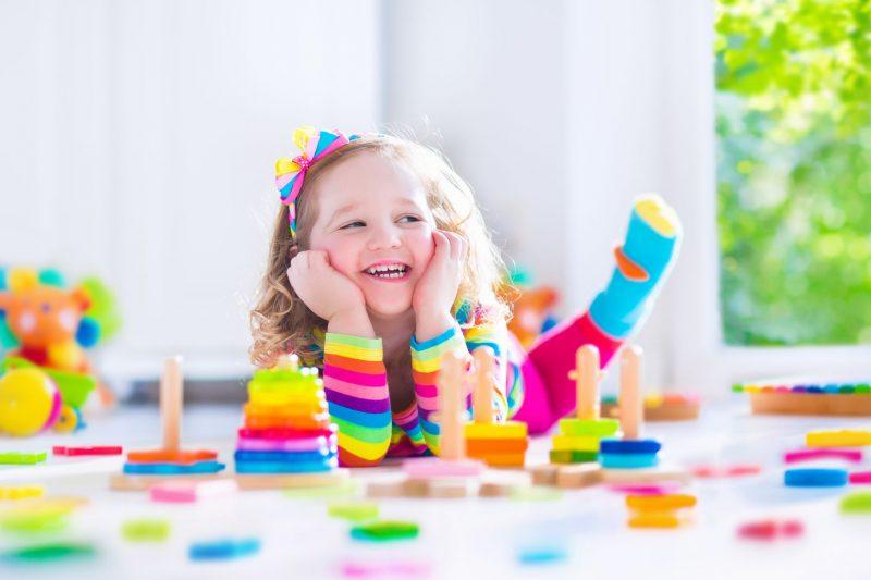 fata jucandu-se cu jucarii pentru copii