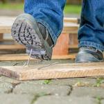 Lucrezi în șantier? Cum protejezi picioarele?